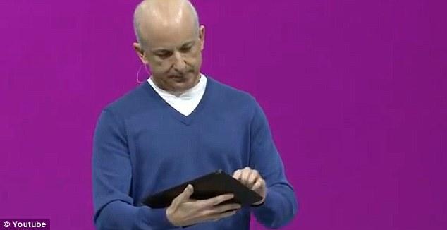 Drejtori i Microsoft prezantonte tabletin më të ri kur…