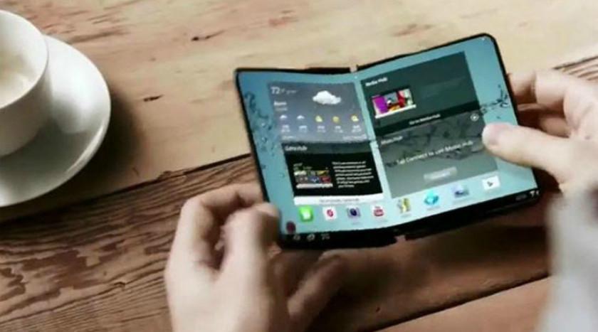 Krahas telefonit Samsung po punon me një laptop me ekran që paloset