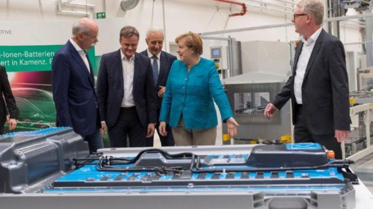 Merkel: Gjermania duhet të investojë nëse do të përballojë furinë e makinave elektrike