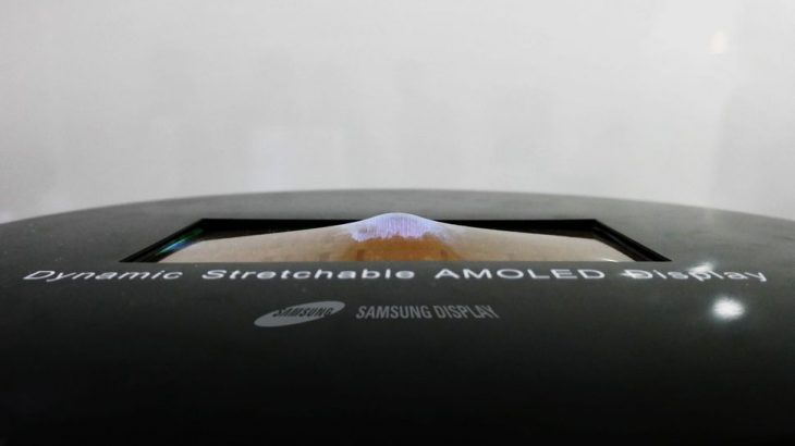 Samsung demostron ekranin AMOLED i cili tendoset deri në 12 mm