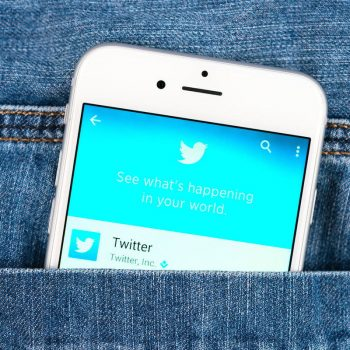 """Twitter lançon opsionin """"Bookmark"""" për ruajtjen e cicërimave që doni të lexoni më vonë"""