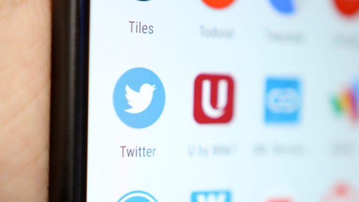 Modaliteti i Natës funksionon automatikisht në versionin 7.2 të aplikacionit Twitter