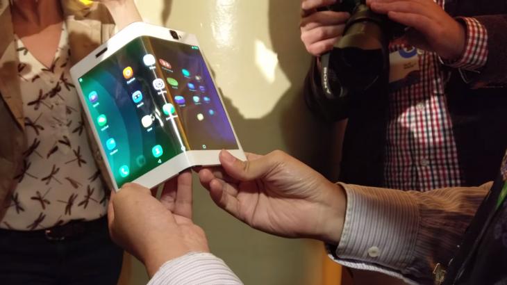 Lenovo demonstron një tablet i cili paloset në një telefon