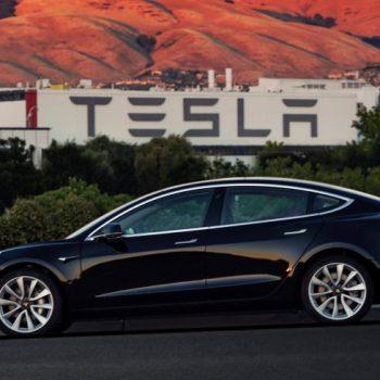 Elon Musk cicëron foton e parë të makinës së parë Model 3 prodhuar nga Tesla