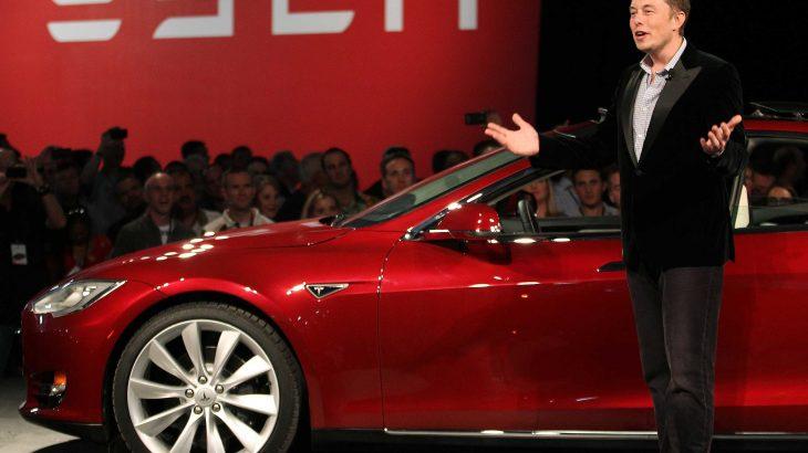 Elon Musk dorëzon 30 makinat e para Tesla Model 3