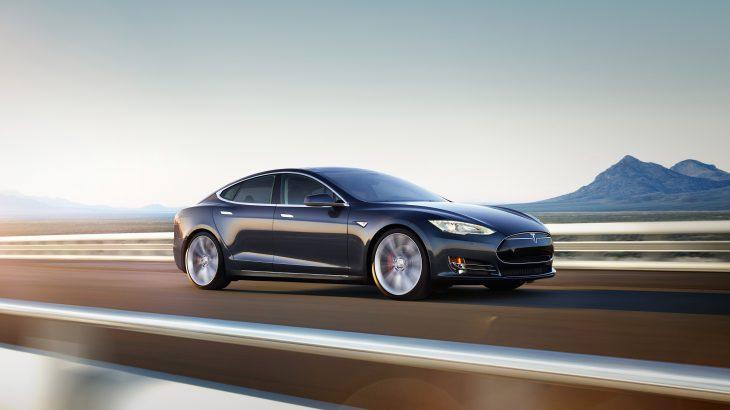 Përshpejtimi marramendës i Tesla Model S shpëton drejtuesin nga një aksident i sigurtë