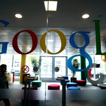 Google tërhiqet nga marrëveshja me Pentagonin, jo përdorimit të inteligjencës artificiale për zhvillimin e armëve