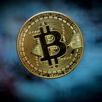Bitcoin bie deri në 8,000 dollarë
