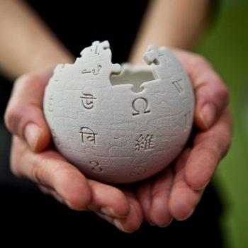 Një organizatë jofitimprurëse planifikon të dërgojë miliona faqe të Wikipedia në Hënë – të shtypura në fletë metalike të vogla