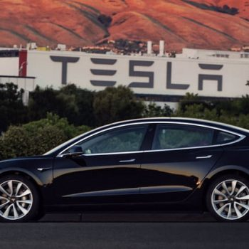 Tesla rrit distancën që mund të përshkojnë makinat elektrike