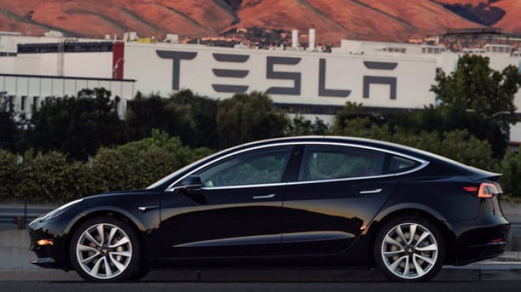 Tesla larg pritshmërive me prodhimin e Modelit 3