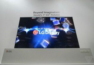 Televizori 65-inç me rrokullisje i LG ngjan me një gazetë gjigande