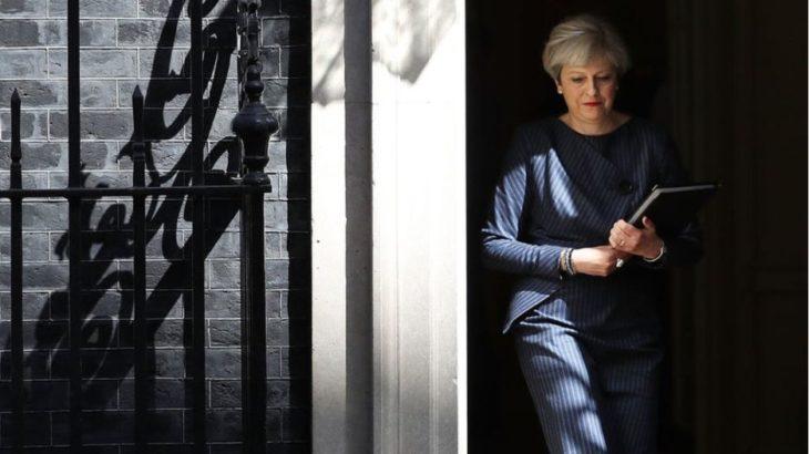 Kryeministrja Britanike Tereza Mej lë BlackBerry-in për një iPhone