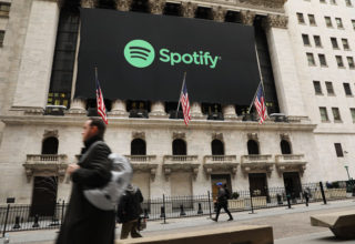 Dita e parë e Spotify në bursë vlerëson aksionet me 165.90 dollarë