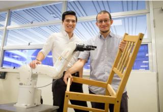 Shkencëtarët kanë krijuar një robot që ndërton mobiljet e IKEA-s