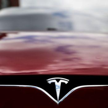 Shpërthen makina Tesla, kompania heton