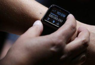 Një studente Kanadeze gjobitet me 400 dollarë sepse shikoi orën Apple Watch në semafor