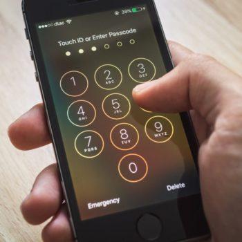 """Apple bllokon """"mënyrën"""" e policisë për të hakuar një iPhone"""