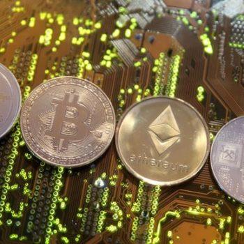 Bitcoin bie me 11% nën 3,400 dollarë