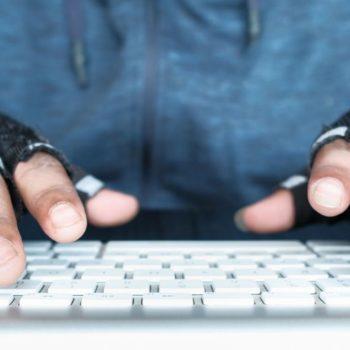 Hajduti hyn në shtëpi për të gjetur fjalëkalimin e Wi-Fi