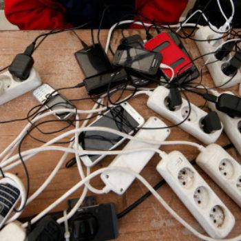 Komisioni Evropian kërkon implementimin e një karikuesit të përbashkët telefonësh