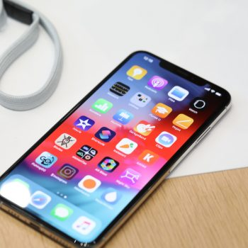 iPhone XS dhe XS Max në qendër të kritikave për rrjetet celulare, Wi-Fi dhe baterinë