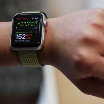 Rriten shitjet e veshjeve inteligjente, Apple kryeson