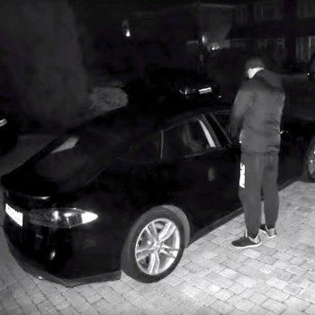 Hajdutët vjedhin një makinë Tesla duke hakuar çelësin