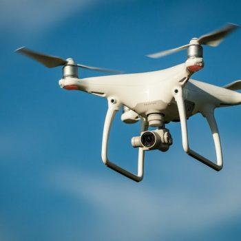 Çfarë ndodh nëse një dron godet krahun e një aeroplani?