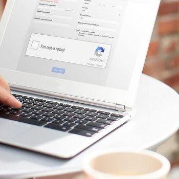 Google prezanton reCAPTCHA e cila nuk kërkon ndërveprimin e përdoruesit