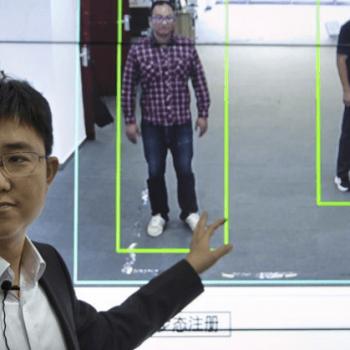 Kina indentifikon njerëzit për nga mënyra e ecjes