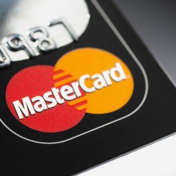215 milionë euro kanë paguar Shqiptarët përmes kartave bankare vitin e kaluar