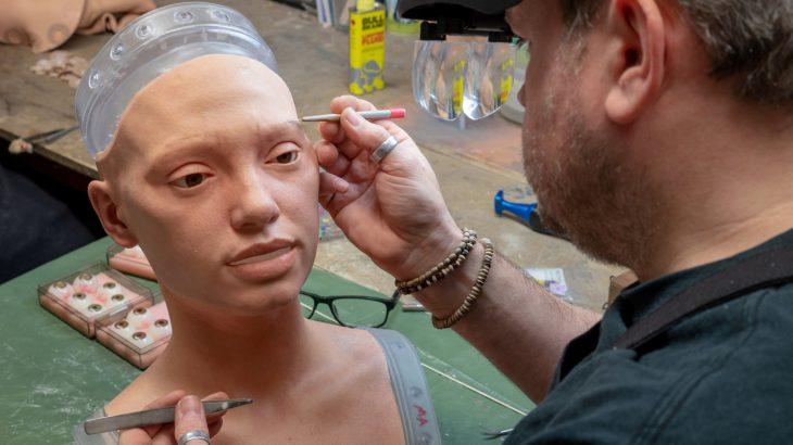 Roboti artist vizaton portrete të njerëzve