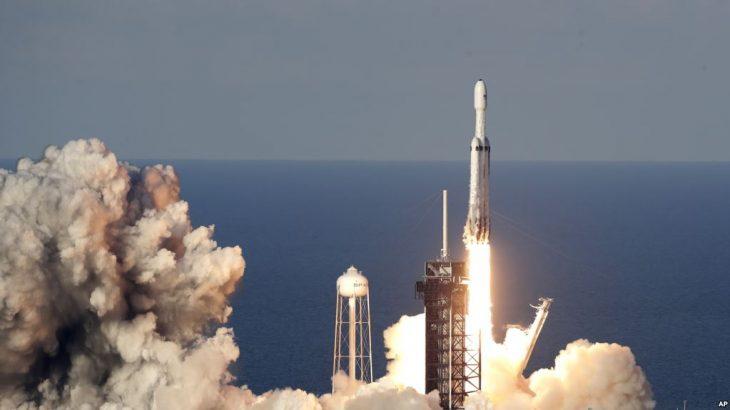 SpaceX lëshon me sukses raketën 'Falcon Heavy'
