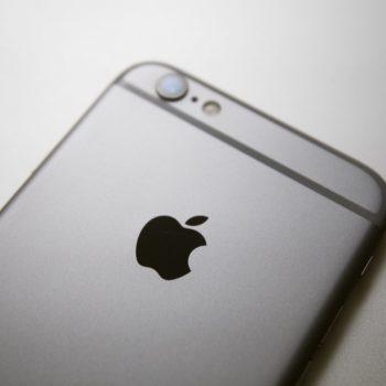 18 vjeçari kërkon 1 miliardë dollarë nga Apple sepse ishte arrestuar në mënyrë të padrejtë
