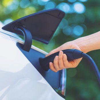 Makinat elektrike në Shqipëri do të paguajnë më pak tarifa