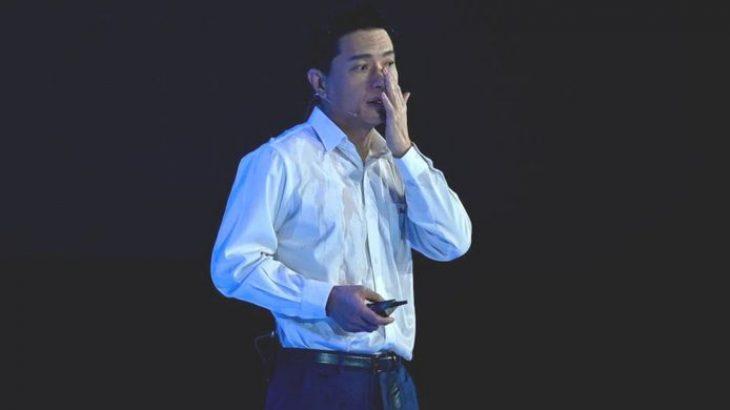 Shefit të Baidu i hidhet një shishe ujë mbi kokë gjatë një prezantimi live