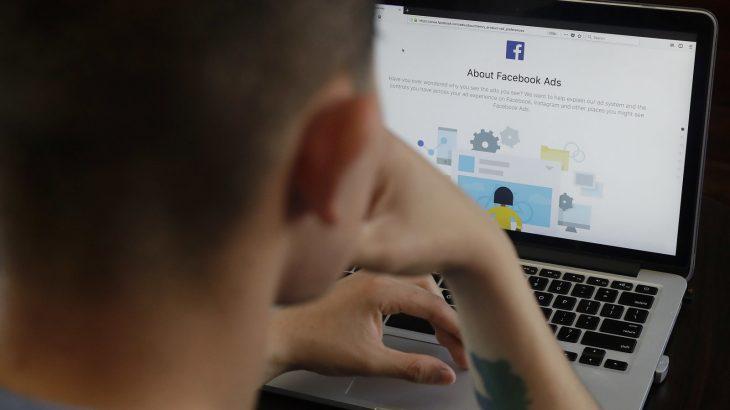 Facebook ju tregon arsyen rreth reklamave që ju shfaqen