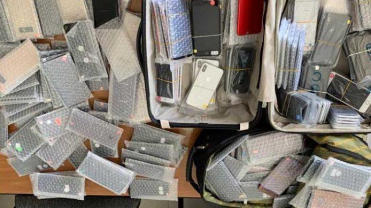 Kapet në flagrancë me 200 iPhone dhe Samsung në Rinas