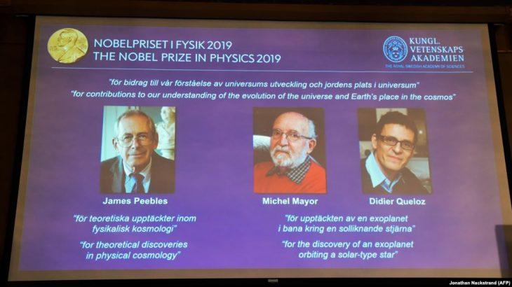 Nobeli në Fizikë u ndahet tre shkencëtarëve për zbulime kozmike