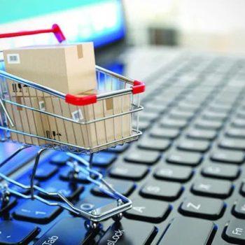 Gratë Shqiptare përdorin më pak internetin por blejnë online më shumë sesa burrat