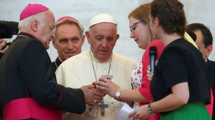 Papa Françesku bën thirrje që njerëzit të lënë telefonët dhe të bashkëbisedojnë me njëri-tjetrin