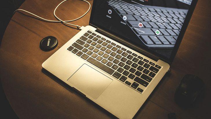A duhet ta lini laptopin gjithnjë në karikim? A dëmton baterinë?