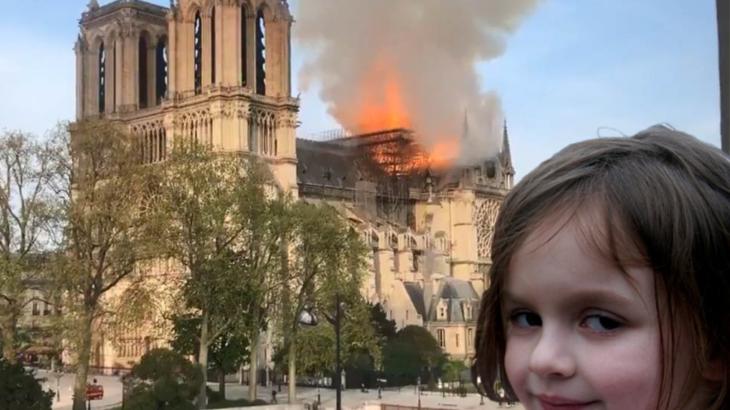 """Fotoja e """"vajzës së fatkeqësisë"""" që u bë meme për 17 vite shitet për 500 mijë dollarë"""