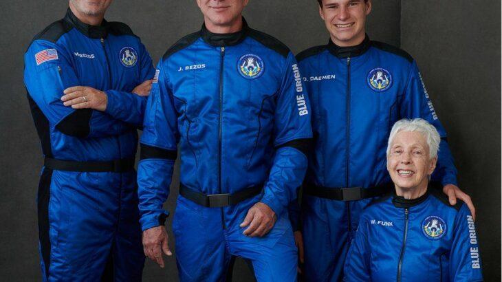 Njeriu më i pasur i botës Jeff Bezos fluturon për herë të parë në hapësirë