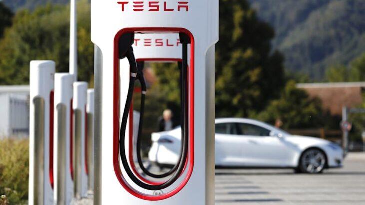 Tesla hap rrjetin e karikuesve për të gjitha makinat elektrike